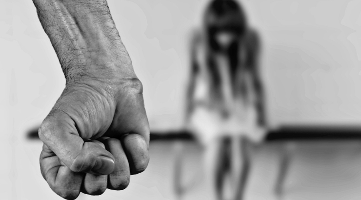 """""""Sei grassa, dimagrisci"""": maltratta per mesi la figlia 16enne, mamma denunciata a Como"""